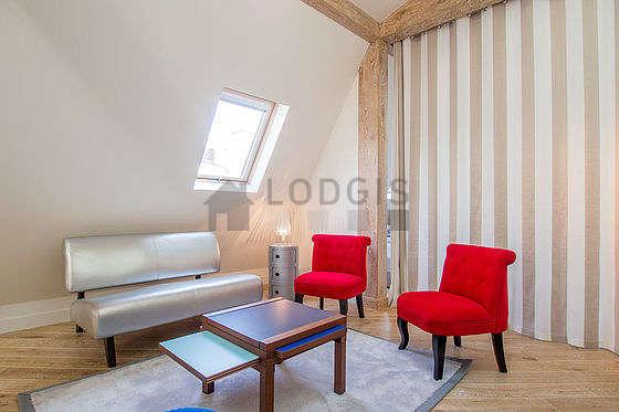 Séjour très calme équipé de air conditionné, télé, 4 chaise(s)
