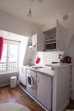 Very bright kitchen with windows facing the courtyard