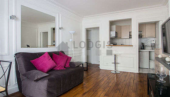 Bright living room furnished with 2 chair(s)