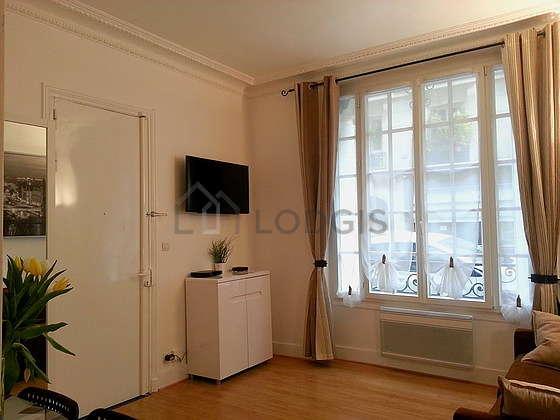 Séjour équipé de 1 canapé(s) lit(s) de 140cm, téléviseur, placard, 2 chaise(s)