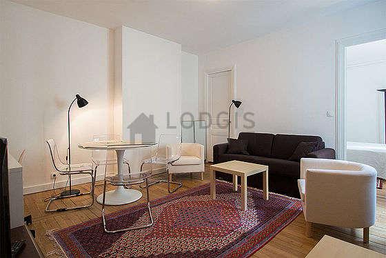 Séjour calme équipé de 1 canapé(s) lit(s) de 140cm, téléviseur, 2 fauteuil(s), 6 chaise(s)