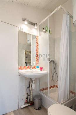 Salle de bain avec du linoleum au sol