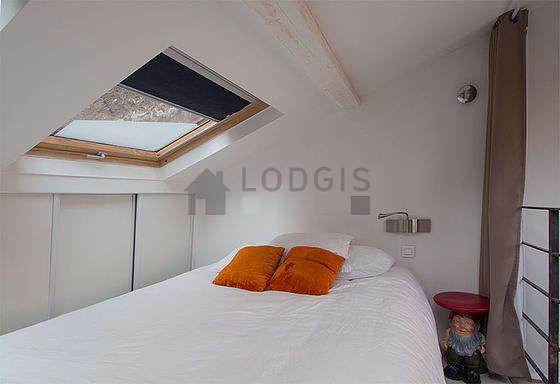 Chambre très lumineuse équipée de téléviseur, table de chevet