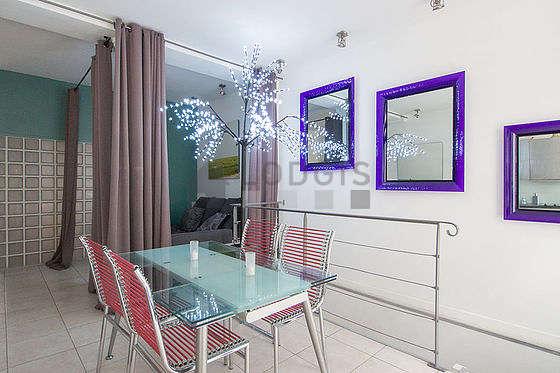 Salle à manger avec fenêtres double vitrage donnant sur rue