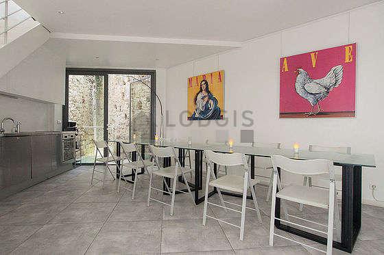 Superbe salle à manger avec du carrelage au sol pouvant accueillir jusqu'à 20 convives