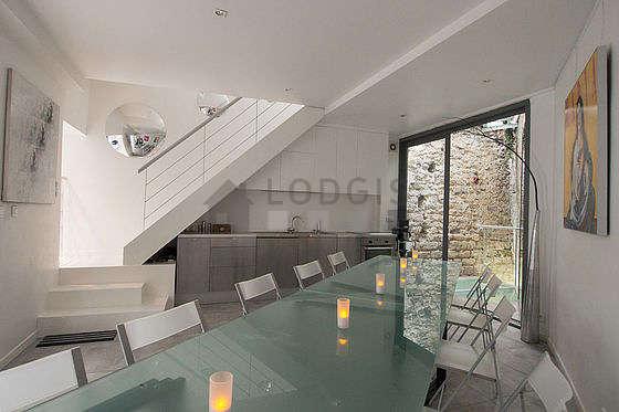 Salle à manger avec fenêtres double vitrage donnant sur cour