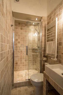 Agréable salle de bain avec du dallage au sol