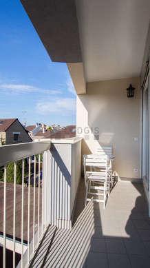 Terrasse exposée plein nord et vue sur cour