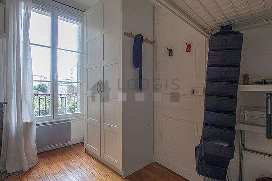Chambre équipée de téléviseur, 1 chaise(s)