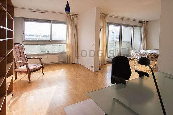 Beau bureau avec du parquet au sol, équipé de bureau, bibliothèque, 3 chaise(s)