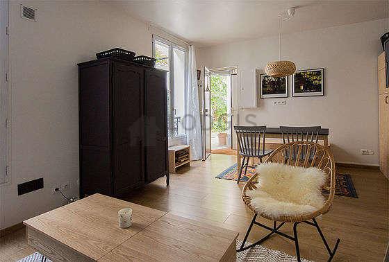 Salon avec du parquet au sol