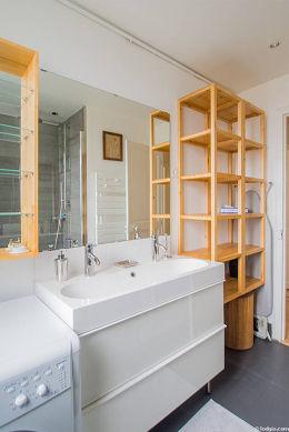 Agréable salle de bain très claire avec fenêtres double vitrage et du carrelage au sol