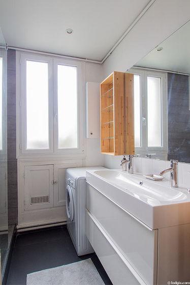 Salle de bain équipée de lave linge, sèche linge, etagère
