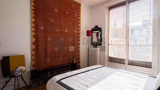 Chambre avec fenêtres et balcon donnant sur cour