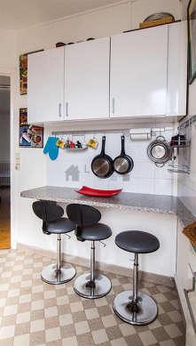 Cuisine dînatoire pour 3 personne(s) équipée de plaques de cuisson, réfrigerateur, hotte, vaisselle