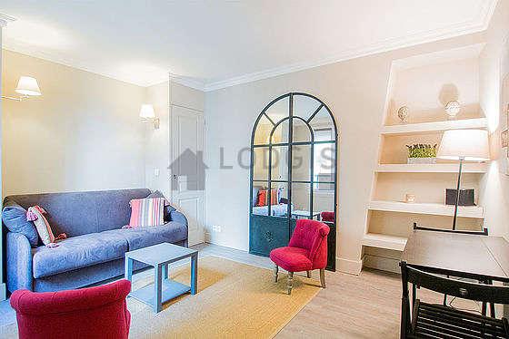 Séjour très calme équipé de 1 canapé(s) lit(s) de 140cm, télé, chaine hifi, 2 fauteuil(s)