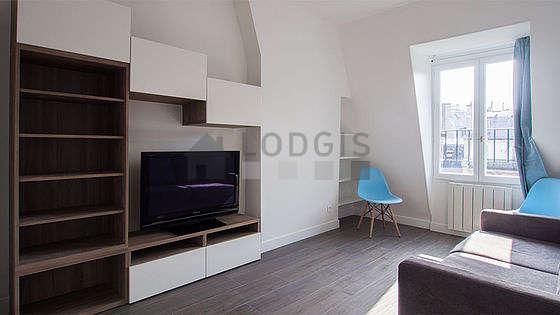 Séjour calme équipé de 1 canapé(s) lit(s) de 140cm, téléviseur, placard, 2 chaise(s)