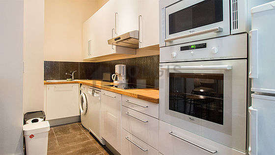 Cuisine dînatoire pour 4 personne(s) équipée de lave linge, réfrigerateur, hotte, vaisselle