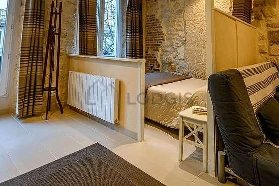 Salon lumineux équipé de lecteur de dvd, penderie, 4 chaise(s)