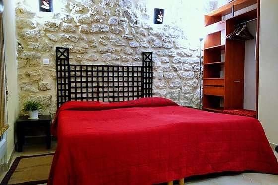 Chambre avec du carrelage au sol