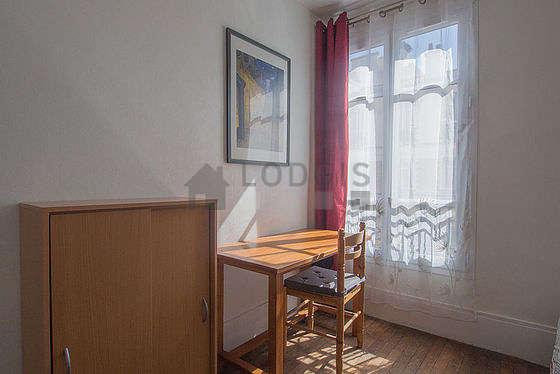 Séjour calme équipé de 1 canapé(s) lit(s) de 140cm, table à manger, placard, 1 chaise(s)