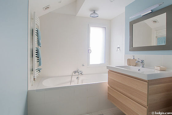 Pleasant and very bright bathroom with double-glazed windows and with wooden floor