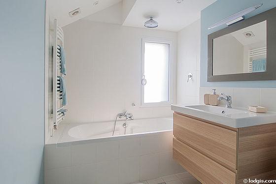 Agréable salle de bain très claire avec fenêtres double vitrage et du parquet au sol