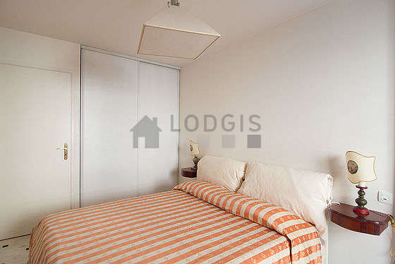 Quiet bedroom for 2 persons equipped with 1 bed(s) of 180cm