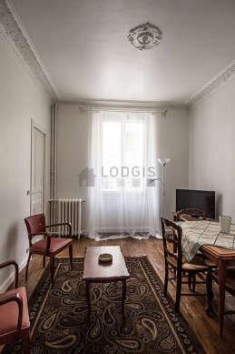 Séjour équipé de 1 lit(s) de 140cm, téléviseur, 2 fauteuil(s), 4 chaise(s)
