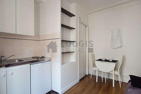 Séjour calme équipé de 1 canapé(s) lit(s) de 140cm, table à manger, armoire, 2 chaise(s)