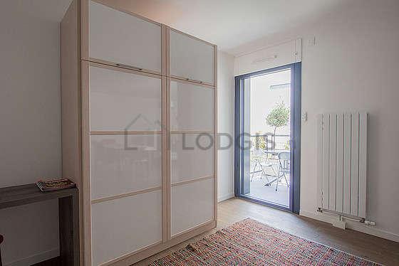 Alcôve très calme et claire équipée de 1 lit(s) armoire de 140cm, bureau, penderie, placard