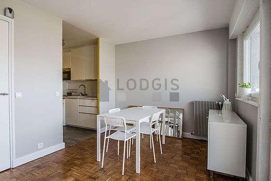Salon très lumineux équipé de placard, 4 chaise(s)