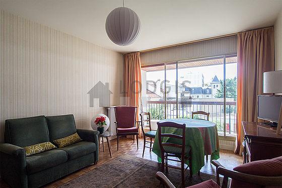 Séjour calme équipé de 1 lit(s) armoire de 120cm, téléviseur, 2 fauteuil(s), 4 chaise(s)