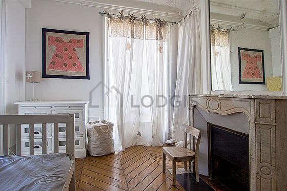 Chambre avec fenêtres donnant sur rue