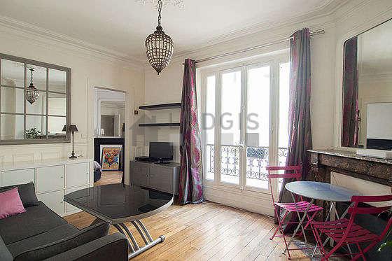 Séjour très calme équipé de 1 canapé(s) lit(s) de 140cm, téléviseur, commode, 2 chaise(s)
