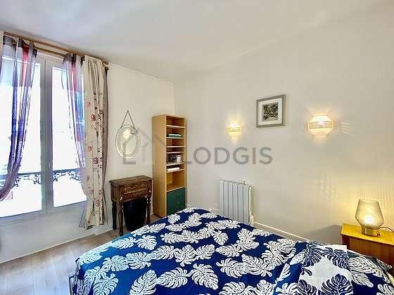 Chambre lumineuse équipée de armoire, placard, table de chevet