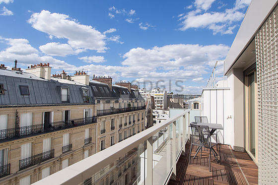Terrasse exposée plein sud-ouest et vue sur rue