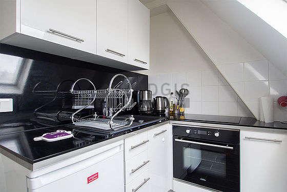 Cuisine équipée de réfrigerateur, freezer, hotte, vaisselle