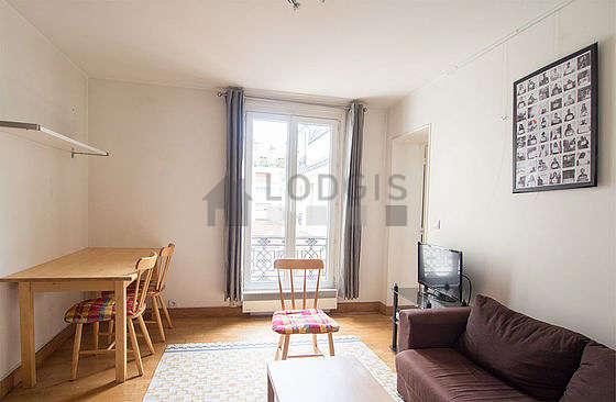 Séjour calme équipé de 1 futon(s) de 140cm, téléviseur, 4 chaise(s)