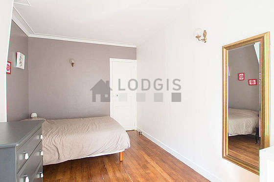 Chambre très lumineuse équipée de armoire, commode, table de chevet