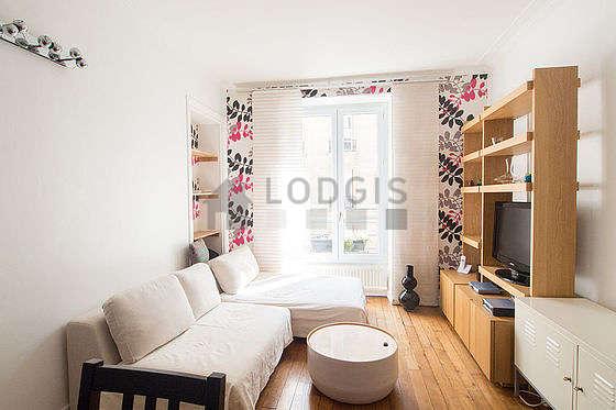 Séjour très calme équipé de 1 canapé(s) lit(s) de 120cm, télé, placard, 1 chaise(s)