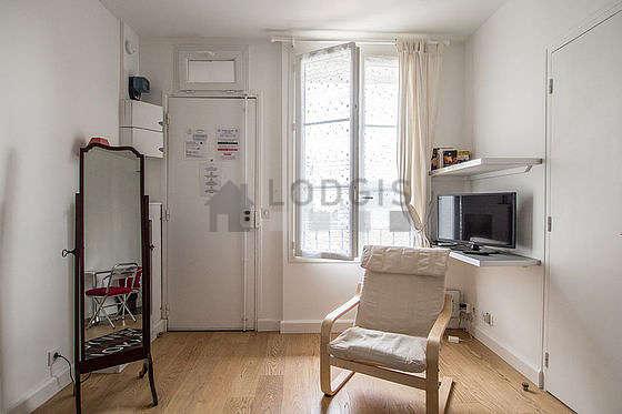 Séjour calme équipé de 1 lit(s) armoire de 140cm, téléviseur, 1 fauteuil(s), 2 chaise(s)