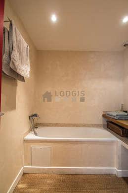 Belle salle de bain claire avec du coco au sol