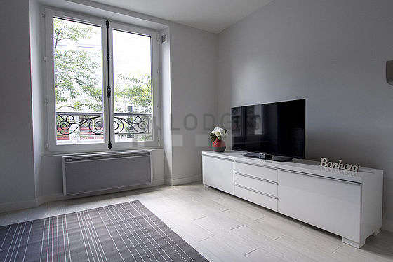 Living room of 13m² with its wooden floor
