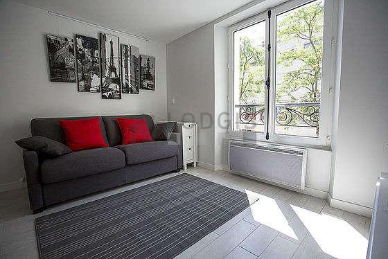 Séjour calme équipé de 1 canapé(s) lit(s) de 140cm, télé, penderie, placard