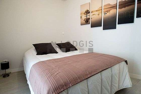 Bedroom of 7m² with its wooden floor