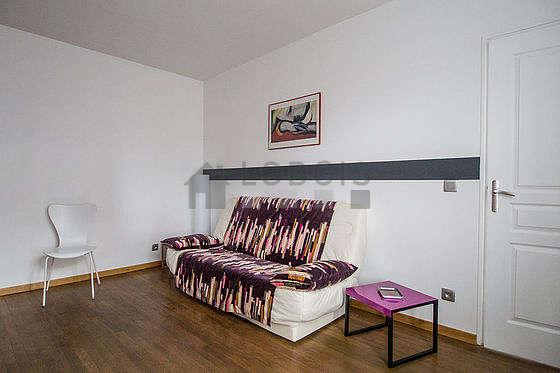 Séjour équipé de 1 canapé(s) lit(s) de 140cm, téléviseur, placard, 3 chaise(s)