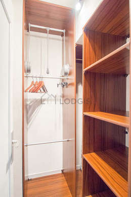 Great dressing-room serviced with : wardrobe, shelves