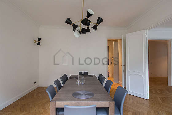 Salle à manger équipée de table à manger, 8 chaise(s)