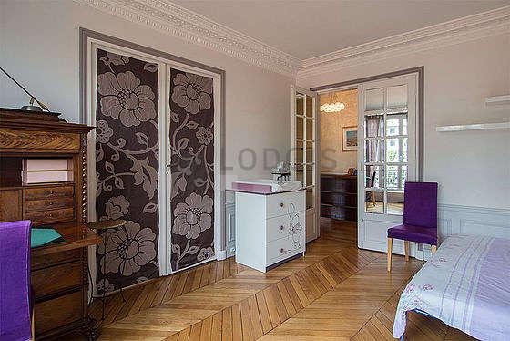 Chambre lumineuse équipée de bureau, commode, 2 chaise(s)